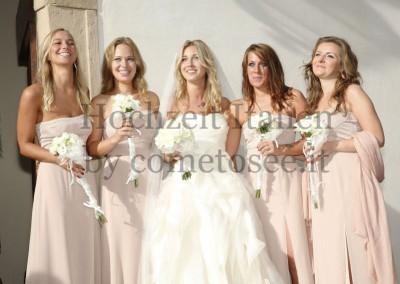 Hochzeit in der Toskana: Braut mit ihren Brautjungern nach der Trauung