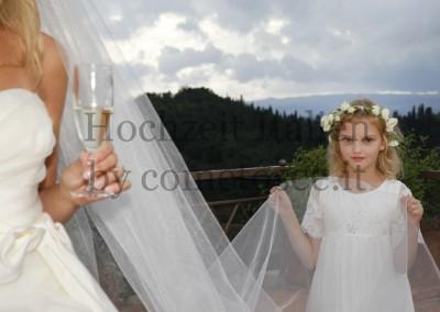 Süßes Blumenmädchen mit Braut bei einer Hochzeit in der Toskana
