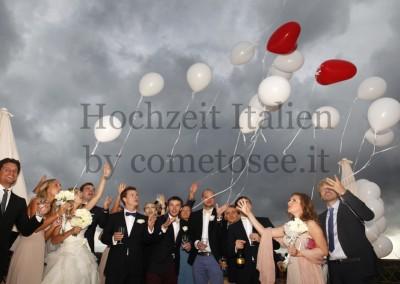 Unvergessliche Momente: Brautpaar & Gäste mit Ballons bei einer Hochzeit in der Toskana