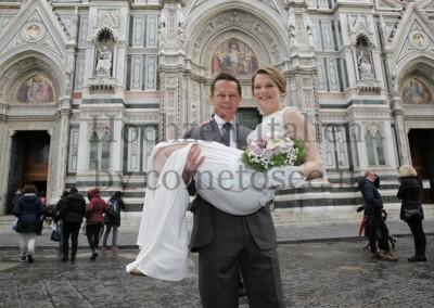 Heiraten in der Toskana: Brautpaar vor dem Dom in Florenz