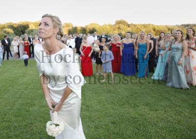 Braut beim Brautstraußwerfen in Italien