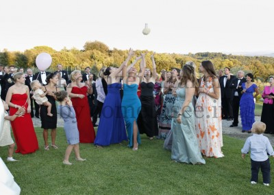 Hochzeitstraditionen: Gäste beim Fangen des Brautstraußes