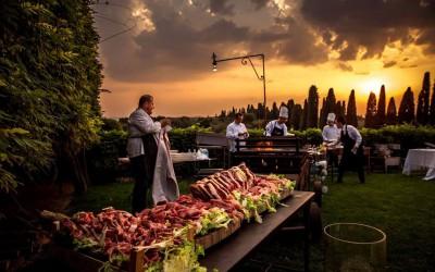 Hochzeits-Barbecues: die Hochzeitsparty mit einem Grillfest